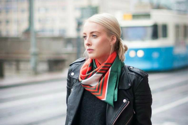 завязать шейный шарф или платок