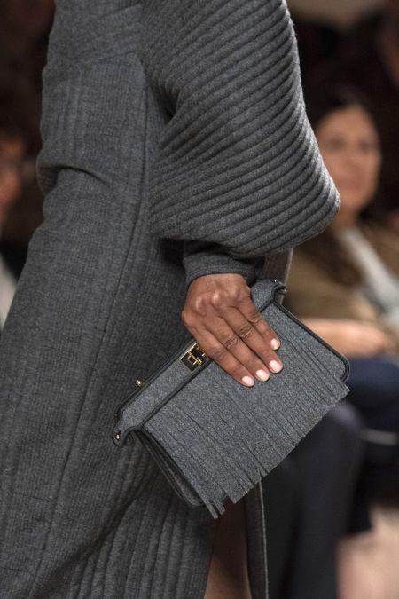 Небольшой серый клатч с бахромой Fendi