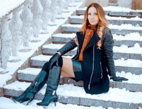 девушка в зимних сапогах